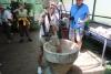 Kaffee Plantage Don Juan - Altmodisches Kaffee-Bohnen zerkleinern - heute mit Maschine