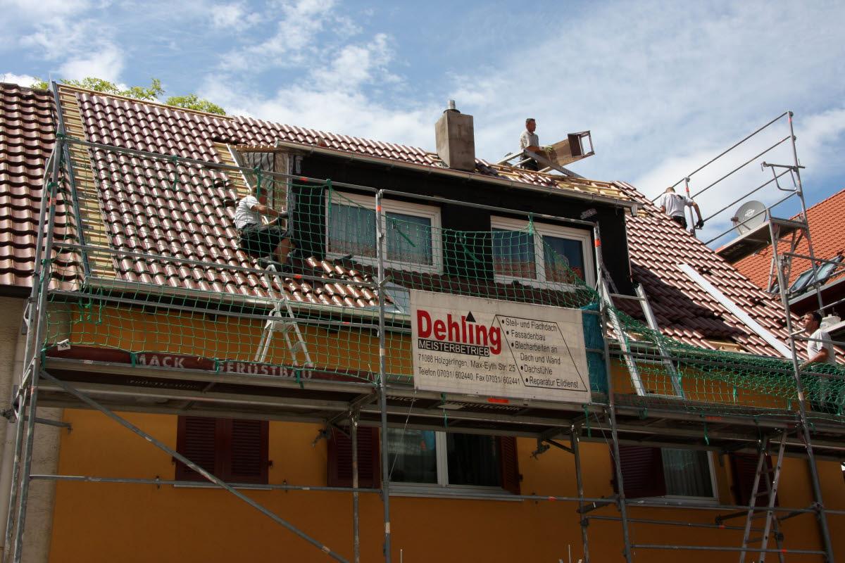 Tag 5 (Di): Anbringen der Blechverkleidung an vorderer Dachgaube