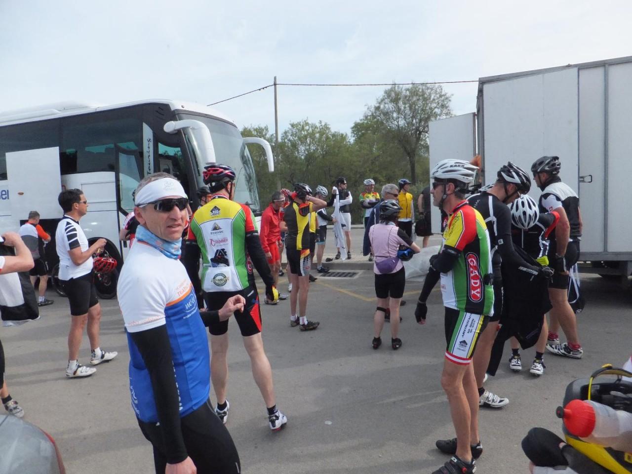 Port Andratx, Ankunft der Busse, Ausladen der Räder