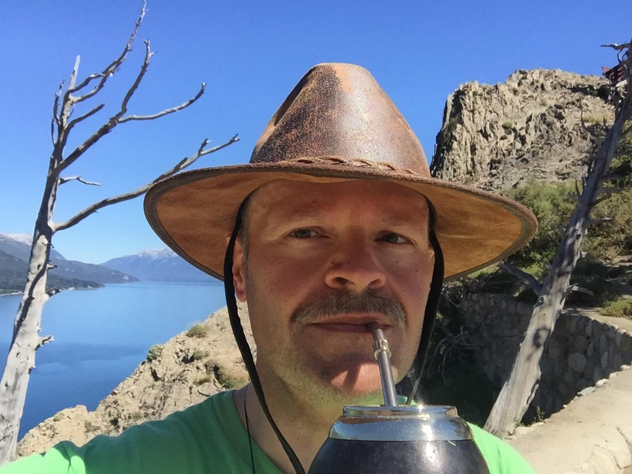 Herbie beim Mate trinken am Lago Traful