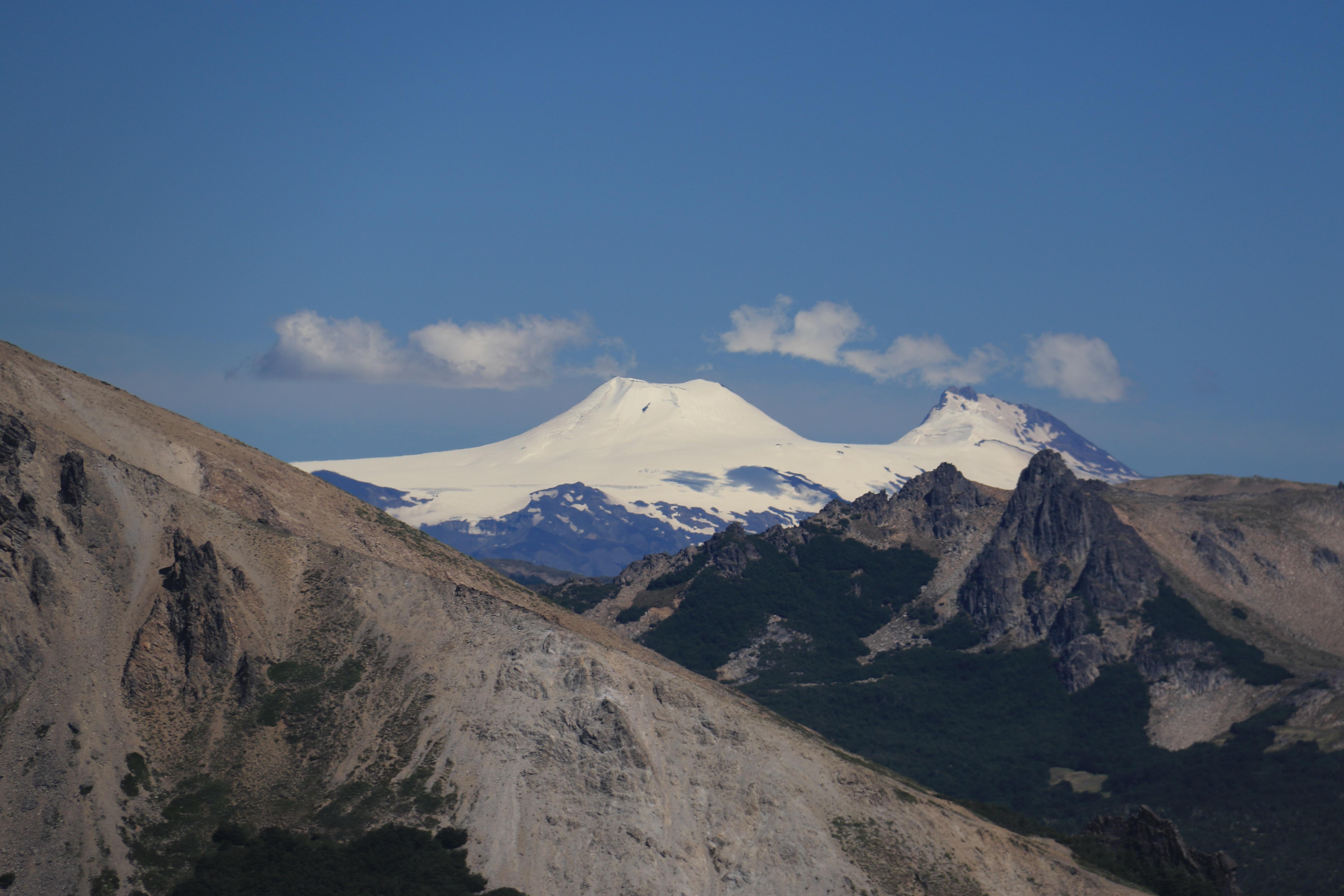 Blick zum Villarica (in Chile), vom Gipfel des Cerro Colorado