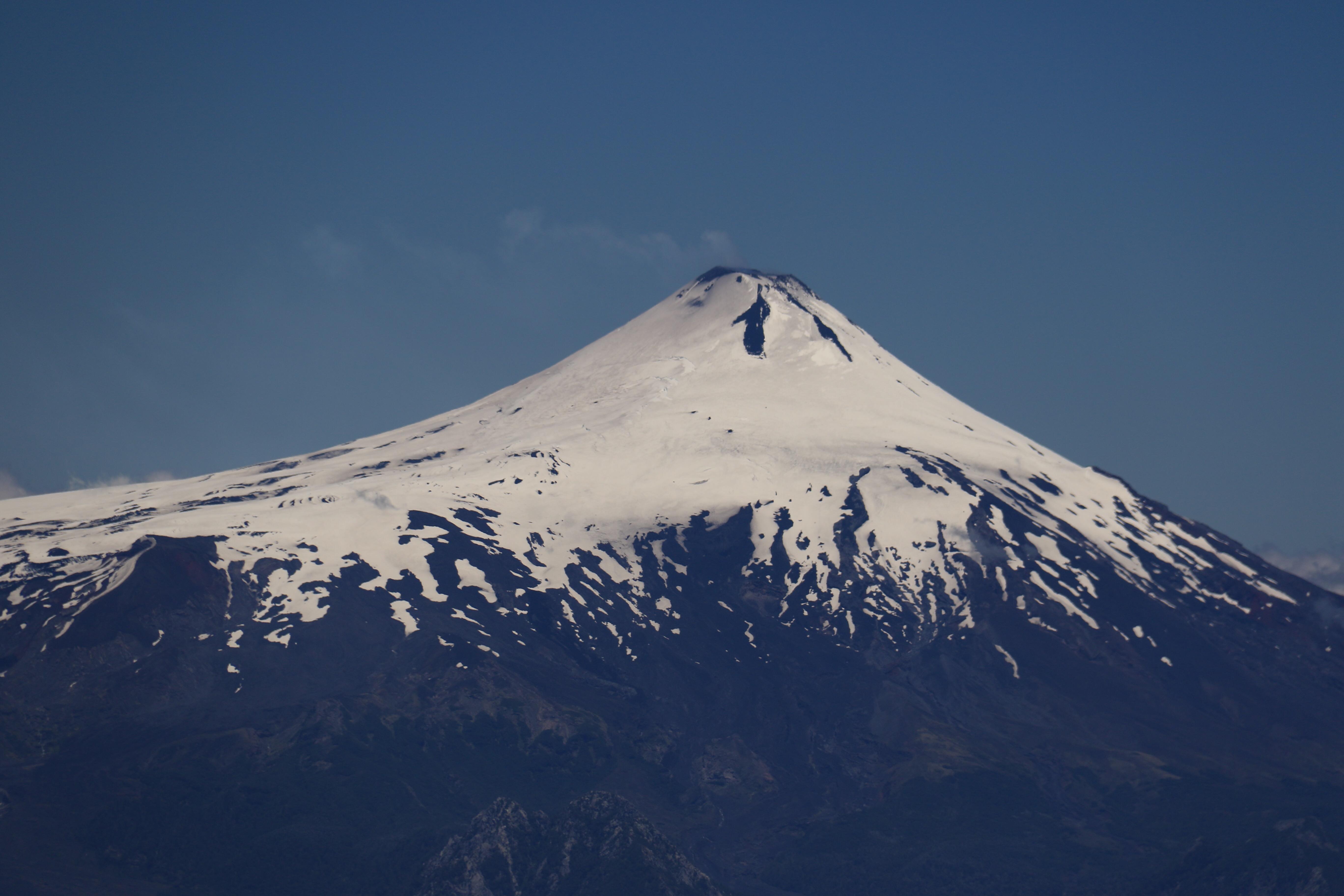 Vom Cerro San Sebastian gesehen: Villarica... mit kleiner Rauchfahne aus dem Lavasee